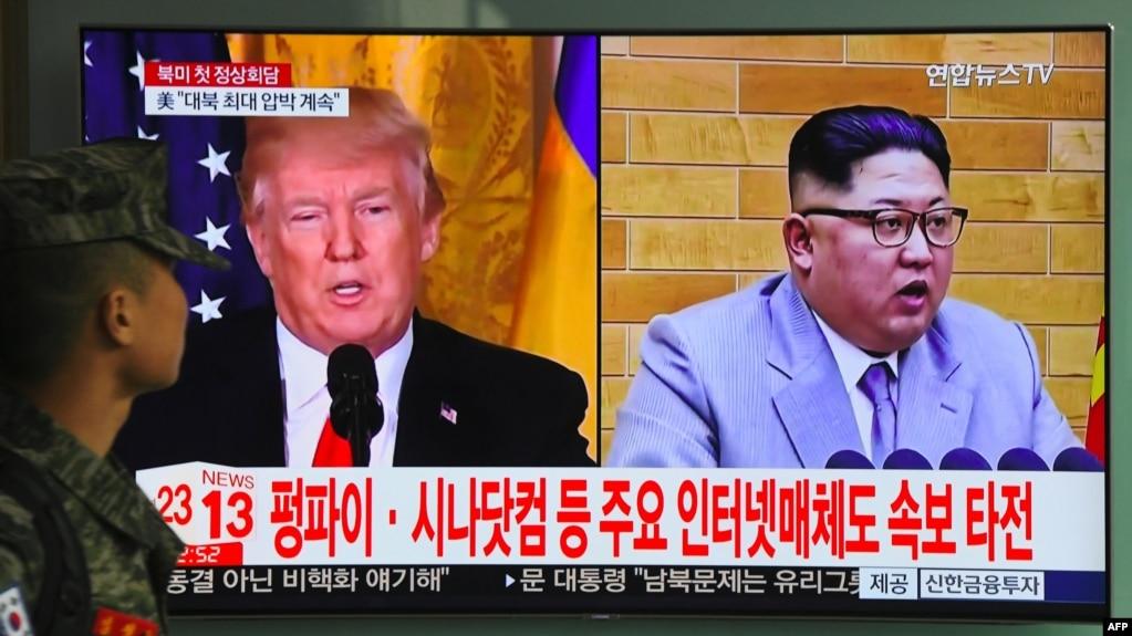 Hình ảnh Tổng thống Mỹ Donald Trump và lãnh tụ Triều Tiên Kim Jong Un trên truyền hình Bắc Hàn. Hai nhà lãnh đạo này dự kiến sẽ gặp nhau vào cuối tháng 5 và Bộ Ngoại giao Việt Nam vừa lên tiếng hoanh nghênh khả năng nếu Hà Nội được chọn là địa điểm tổ chức cuộc gặp này.