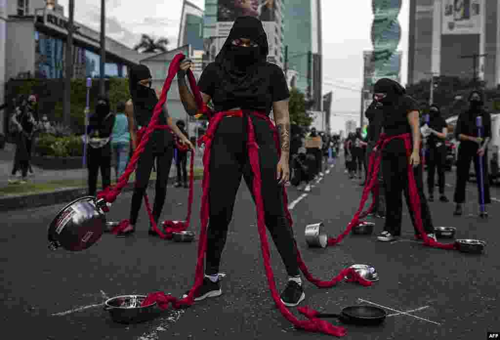 شماری از زنان معترض به فساد اداری و عدم تساوی جنسیتی در شهر پاناما نمایش خیابانی اجرا کردند.