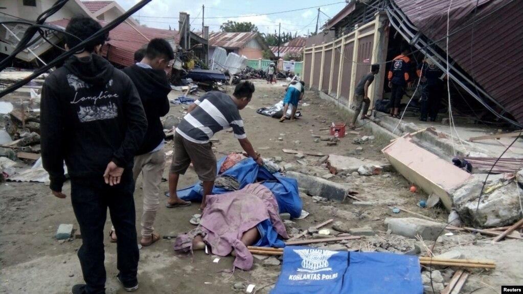 Las fotos confirmadas por las autoridades mostraron cuerpos alineados a lo largo de la calle el sábado, algunos en bolsas y otros con la cara cubierta con ropa.