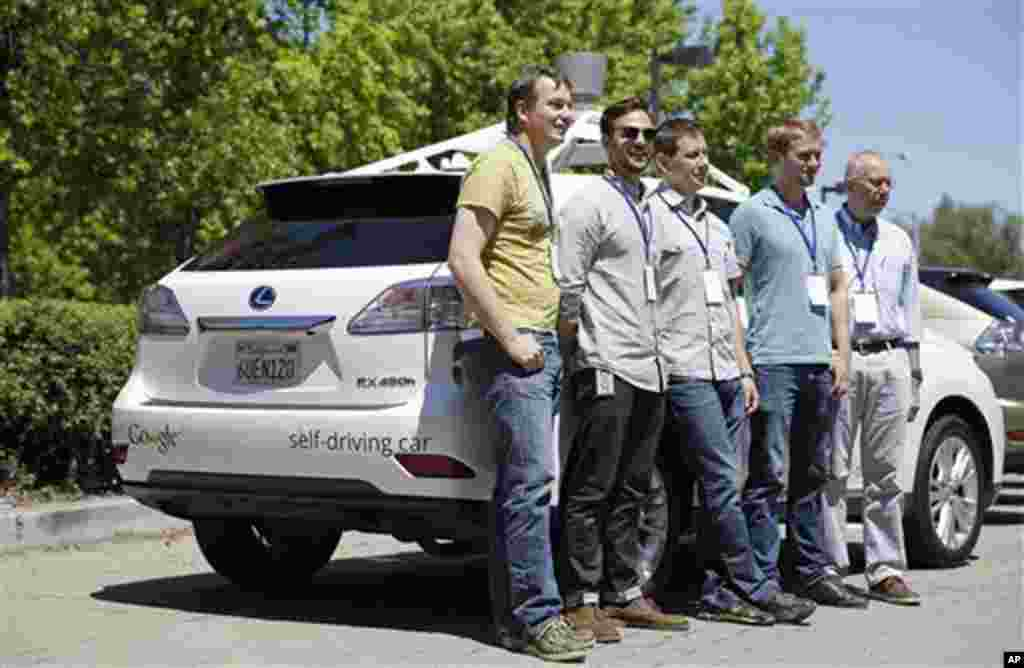 گوگل ٹیم خودکار گاڑی کے پاس کھڑے ہیں