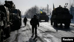 12일 우크라이나 동부 데발츠에프 지역에 정부군 병사들이 보인다.