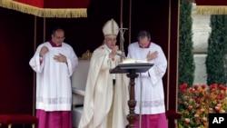 ພະສັນຕະປາປາ Francis ໄດ້ຊົງອ່ານຄຳປະກາດຢ່າງເປັນທາງການ ເພື່ອແຕ່ງຕັ້ງມື້ລາງພະສັນຕະປາປາ 2 ອົງ ໃຫ້ເປັນນັກບຸນ, ວັນທີ 27 ເມສາ 2014.