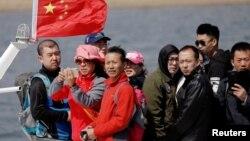 Du khách Trung Quốc đi tàu trên sông Yalu về phía Trung Quốc gần thành phố Đan Đông, tỉnh Liêu Ninh sát biên giới Triều Tiên, ngày 2/4/2017.