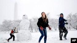 برفباری با وجود ایجاد مشکلات زمینۀ خوب تفریح را برای کودکان و نوجوانان هم فراهم ساخت.