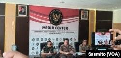 Kepala Divisi Humas Polri Irjen Muhammad Iqbal (tengah) dan Kapuspen TNI Sisriadi (kiri) saat menggelar konferensi pers di kantor Kemenko Polhukam, Jakarta, Kamis (23/5/2019). (Foto: VOA/Sasmito Madrim)