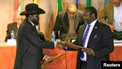 South Sudan's President Salva Kiir (front L) and rebel commander Riek Machar met in Addis Ababa in January 2015. Peace talks are due to resume on Saturday, Feb. 21.