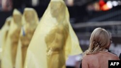Các bức tượng Oscar trong quá trình chuẩn bị cho lễ trao giải Oscar lần thứ 84 ở Hollywood