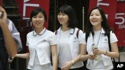 Nữ sinh trung học Hàn Quốc đi bộ dọc theo khu mua sắm Myeongdong ở Seoul