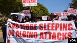 Des centaines de personnes ont marché pour éveiller les consciences suite aux assassinats d'albinos le 24 mai 2016. (L. Massina/VOA)