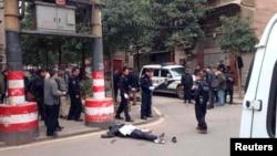 Korban penikaman terbaring di sebuah jalan di Changsa, provinsi Hunan (14/3).