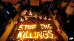 "Para aktivis hak asasi manusia Filipina menyalakan lilin untuk para korban pembunuhan ekstrayudisial dalam kampanye ""Perang atas Narkoba"" yang diluncurkan Presiden Rodrigo Duterte, di kota Quezon, Filipina. (Foto: Dok)"