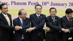 ທ່ານ ຫລີ ເຄຈຽງ (Li Keqiang) ນາຍົກລັດຖະມົນຕີຈີນ (ກາງ) ຈັບມືກັບບັນດານາຍົກຈາກ 4 ປະເທດ ໃນເຂດລຸ່ມແມ່ນໍ້າຂອງ ຊຶ່ງລວມມີ ທ່ານຫງວຽນ ຊວນ ຟຸກ (Nguyen Xuan Phuc) (ທີສອງຈາກຊ້າຍ) ຈາກຫວຽດນາມ, ທ່ານ ປຣະຢຸດ ຈັນໂອຊາ (ຊ້າຍສຸດ), ຈາກໄທ, ທ່ານຮຸນ ເຊນ (ທີສອງຈາກຂວາ) ຈາກກໍາປູເຈຍ, ແລະທ່ານທອງລຸນ ສີສຸລິດ (ຂວາສຸດ) ຈາກລາວ ກ່ອນການເປີດກອງປະຊຸມກ່ຽວກັບການຮ່ວມມືໃນເຂດແມ່ນໍ້າ ລ້ານຊ້າງ-ແມ່ຂອງ ຫລື LMC ຄັ້ງທີສອງ ຢູ່ພະລາດຊະວັງສັນຕິພາບ (Peace Palace) ໃນນະຄອນຫລວງພະນົມເປັນ ໃນວັນພຸດ ທີ 10 ມັງກອນ 2018
