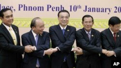 China's Premier Li Keqiang, center, shakes hands with his counterpart, Nguyen Xuan Phuc, second from left, of Vietnam, Prayuth Chan-o-cha, left, prime minister of Thailand, Hun Sen, second from right, of Cambodia, and Thongloun Sisolith, right, of Laos, b