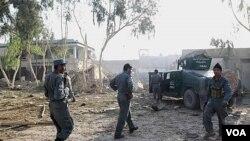 Petugas keamanan Afghanistan memeriksa lokasi sekitar tempat kejadian ledakan bom bunuh diri di Kandahar, Senin (31/10).