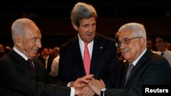 John Kerry (au c.) avec Shimon Peres (à g.) et Mahmoud Abbas au Forum économique mondial en Jordanie