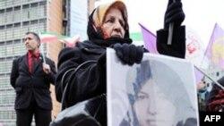 Một người Iran phản đối ở trước trụ sở của Hội đồng EU ở Brussels, mang hình của bà Sakineh Mohammadi Ashtiani. Những người biểu tình đòi Liên hiệp châu Âu phải có hành động để cứu bà Ashtiani khỏi án tử hình bằng ném đá (ảnh tư liệu ngày 3 tháng 11, năm