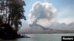 Abu vulkanik akibat letusan dari dalam kawah Gunung Rinjani di Lombok, Oktober 2015.