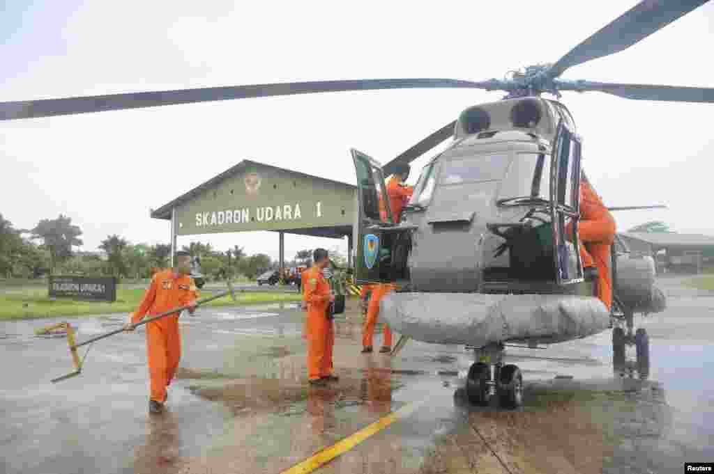 ក្រុមសង្រ្គោះនិងរុករកមកពីកងកម្លាំងតាមអាកាសរបស់ប្រទេសឥណ្ឌូនេស៊ីត្រៀមខ្លួនចាកចេញតាមរយៈឧទ្ធម្ភាគចក្រក្រុមហ៊ុន Puma ដែលមានមូលដ្ឋាននៅ Kubu Raya ភាគខាងលិចនៃកោះKalimantan ក្នុងការចូលរួមស្វែងរកយន្តហោះ QZ8501 ដែលបាត់របស់ក្រុមហ៊ុនអាកាសចរណ៍ AirAsia កាលពីថ្ងៃទី២៨ ខែធ្នូ ឆ្នាំ២០១៤។ រូបថតដោយ៖ Antara Foto