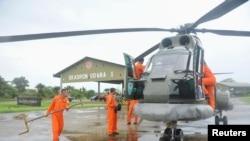 Tim SAR AL bersiap-siap menaiki helikopter Puma untuk mencari pesawat AirAsia QZ8501 yang hilang, dari pangkalan di Kubu Raya, Kalimantan Barat, 28 Desember 2014.