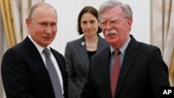 Presiden Rusia Vladimir Putin (kiri) menerima Penasihat Keamanan Nasional AS, John Bolton di Moskow, Selasa (23/10).