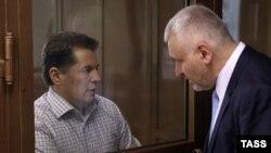 Роман Сущенко і адвокат Марк Фейґин під час оприлюднення вироку у московському суді
