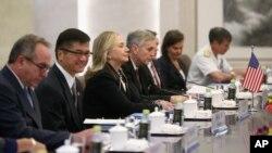 Ngoại trưởng Mỹ Hillary Clinton hội đàm với Bộ trưởng Ngoại giao Trung Quốc Dương Khiết Trì (không có trong hình) tại Bắc Kinh hôm 4/9/2012. Bà Clinton đến Bắc Kinh nhằm thúc đẩy Trung Quốc giải quyết tranh chấp 1 cách ôn hòa với các nước láng giềng trong vấn đề Biển Đông.