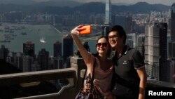지난해 5월 홍콩을 방문한 중국 본토 관광객들이 기념촬영을 하고 있다. (자료사진)