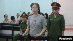 """Phiên tòa xét xử Blogger Mẹ Nấm về tội """"tuyên truyền chống nhà nước"""" diễn ra tại Tòa án Nhân dân tỉnh Khánh Hòa vào ngày 29/6/2017. Ảnh: screenshot báo Lao Động."""