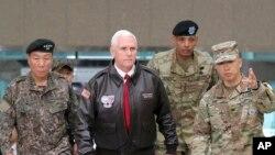 지난해 4월 한국을 방문한 마이크 펜스 미국 부통령(가운데)이 판문점 공동경비구역 계단을 오르고 있다.