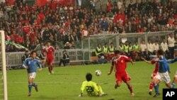 红衣的香港队与蓝衣的日本队门前激战
