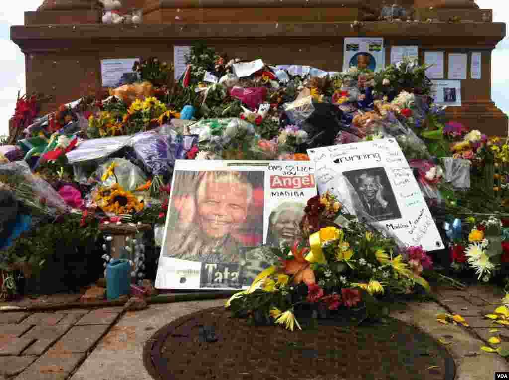 Monumento de flores y recuerdos en las afueras de la sede del Gobierno.[Foto: Celia Mendoza, VOA].