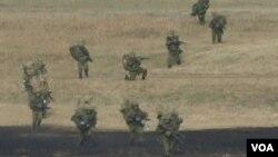 日本空降部隊星期天舉行年度軍事演習。(視頻截圖)