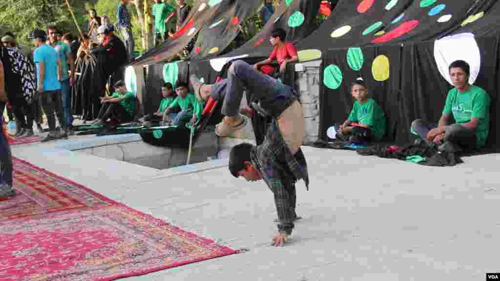 یکی از اعضای تیم سرسک در حال اجرا نمایش به اطفال