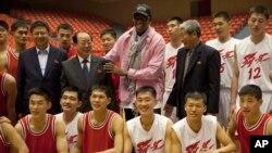 북한을 방문 중인 전직 미국프로농구(NBA) 선수 데니스 로드먼이 20일 북한 농구선수 및 관계자들과 훈련 뒤 포즈를 취하고 있다.