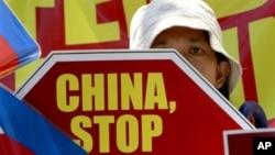 2015年4月20日,菲律賓民眾在中國馬尼拉領館外集會抗議在有爭議的南中國海中菲船隻發生的對峙 。