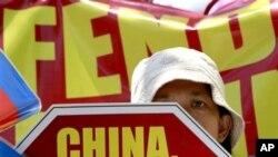 菲律宾民众4月20日在中国马尼拉领馆外集会抗议在有争议的南中国海中菲船只发生的对峙