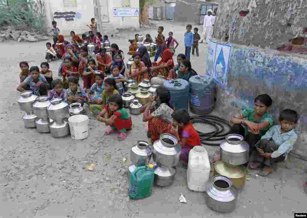 Seljani jednog sela u Indiji čekaju dolazak cisterne sa vodom.