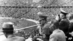 Adolf Hitler Nasist Almaniyasının ev sahibliyi etdiyi Olimpiya Oyunlarını seyr edir. Berlin, 1936.
