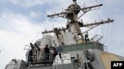 """資料照:美國海軍米利厄斯號驅逐艦的軍人掀開艦載""""方陣""""近距離武器系統(CIWS)的罩子。 (2012年8月18日)"""