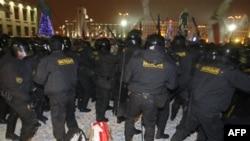 Cảnh sát chống bạo loạn Belarus sử dụng dùi cui để giải tán một đám đông rất lớn biểu tình tại trung tâm thủ đô Minsk, 19/12/2010