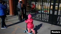北京红黄蓝新天地幼儿园外面一个正在玩耍的孩子(2017年11月24日)