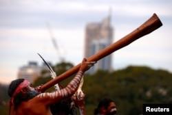 An Australian Aboriginal man plays a didgeridoo at Government House, Sydney, Australia, June 28, 2017. (REUTERS / David Gray)