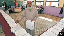 Un Algérien vote pour les élections parlementaires près d'Alger, le 10 mai 2012.