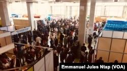 Le hall d'exposition lors de la conférence internationale sur les guichets uniques à Yaoundé, le 17 septembre 2019. (VOA/Emmanuel Jules Ntap)