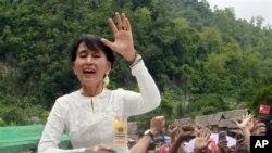 ຜູ້ນໍາຝ່າຍຄ້ານມຽນມາ ທ່ານນາງ Aung San Suu Kyi ໂບກມືຈາກລົດສະໜັບສະໜູນ ອົບພະຍົບກະຫ່ລຽງ ໃນຂະນະທີ່ທ່ານທໍາການຢ້ຽມຢາມສູນອົບພະຍົບ Mae La ທີ່ເຂດ Tha Song Yang, ພາກເໜືອຂອງ ປະເທດໄທ ວັນເສົາທີ່ 2, ເດືອນທິຖຸນາ 2012.