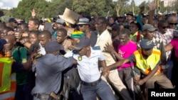 La police tente de contrôler la foule voulant voir le corps de Mandela à Pretoria le 13 décembre 2013 (Reuters/Ronen Zvulun).