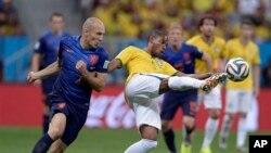 فرناندینیوی برزیلی در مصاف با آرین روبن هلندی در بازی رده بندی جام جهانی ۲۰۱۴ برزیل