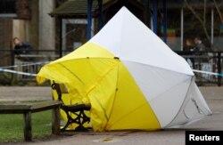 Tenda forensik yang semula menutupi bangku di mana Sergei Skripal dan putrinya, Yulia ditemukan, terlepas dari posisinya (karena tertiup angin) di Salisbury, Inggris, 8 Maret 2018.
