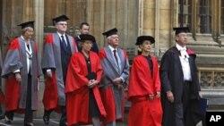 ທ່ານນາງອອງຊານ ຊູຈີ ຜູ້ນຳຝ່າຍຄ້ານມຽນມາ (ທີ 2 ຈາກຂວາ) ພວມໄປຮັບປລິນຍາບັດກິຕິມະສັກ ທີ່ມະຫາວິທະ ຍາໄລ Oxford ປະເທດອັງກິດ (20 ມິຖຸນາ 2010)