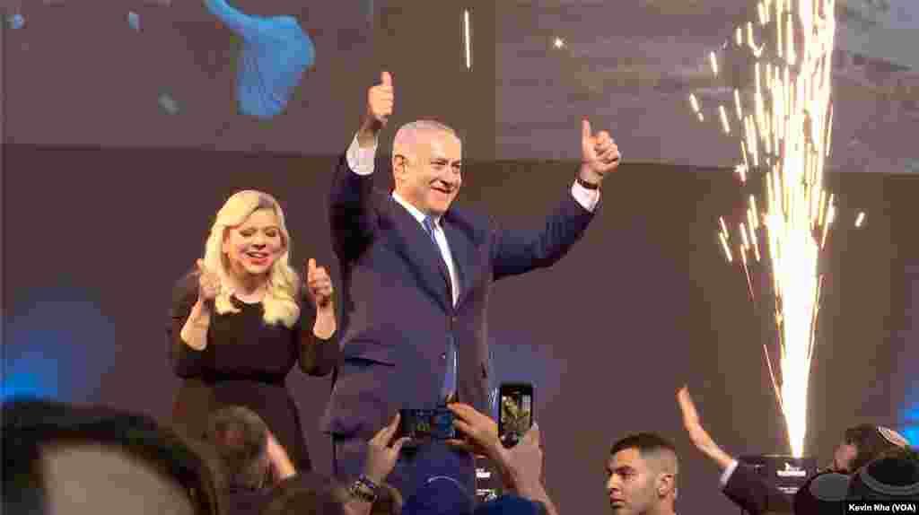 مراسم آتش بازی همزمان با حضور بنیامین نتانیاهو نخست وزیر اسرائیل و همسرش سارا در جشن بعد از انتخابات حزب لیکود در بامداد چهارشنبه ۲۱ فروردین. صدها نفر از حامیان حزب لیکود در این مراسم حاضر شدند و با شعار «بی بی، پادشاه اسرائیل» از نتانیاهو استقبال کردند.
